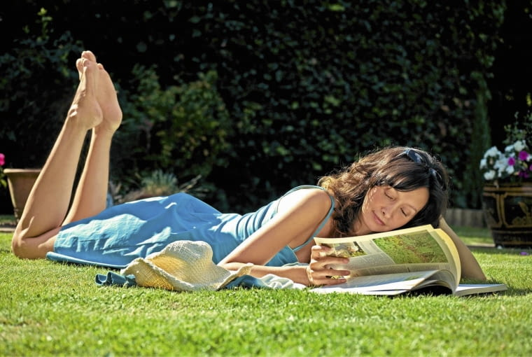 Woman in a blue dress laying on lawn reading a magazine SLOWA KLUCZOWE: Buch Entspannung Entspanung Erholung Farben Frau Garten Gras Heft Hut Lesen Mšdchen Person Rasen Relax Rest Sommer Sonne Sonnenbrille Sonnenbrillen Sonnenschein VergnŁgen ausspannen blau enspannen entspannend entspannt erholend genieRen genieRend genieRt lesend liegen liegend liegendes liest relaxed relaxen ruhen sonnen Querformat