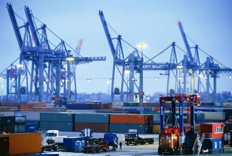Hamburg to drugi najważniejszy port w Europie i siódmy na świecie. Jego rozmiary wciąż rosną. Dziś powstaje tu Hafencity, najambitniejszy projekt rewitalizacji terenów poportowych w Europie. Nad wodą budowane są apartamentowce, biurowce, a stare magazyny poddawane są rewitalizacji.