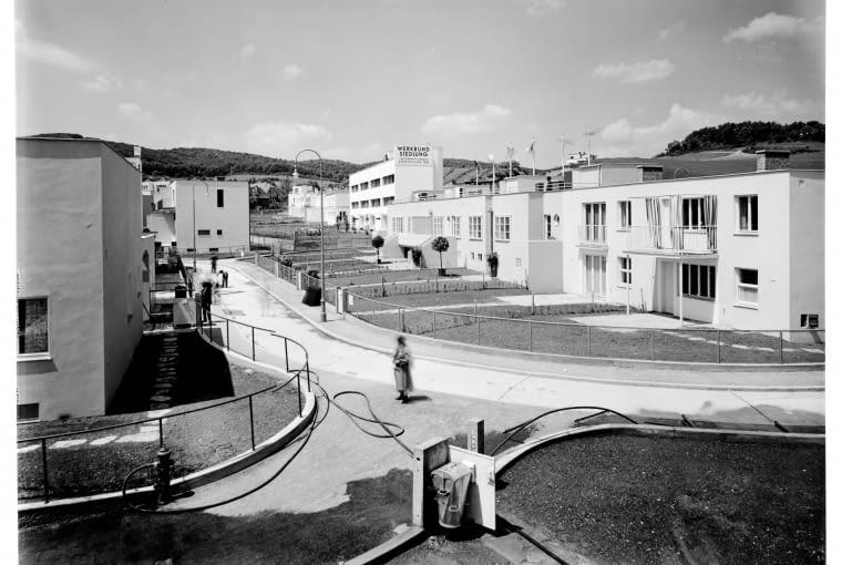 widok od ogrodu na domy przy Veitingergasse (m.in. projektu Richarda Bauera, Josefa Hoffmanna i André Lurçat), 1932, Architekturzentrum Wien, Sammlung, Foto: Julius Scherb