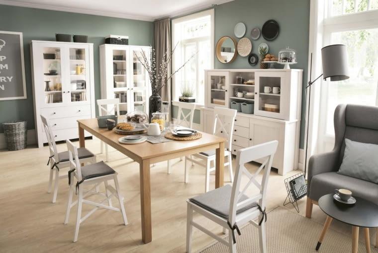 Wygoda przede wszystkim. W jadalni zapewnią ją duży stół oraz krzesła - z poduchami lub tapicerowane. Na zdjęciu meble z kolekcji Amsterdam.