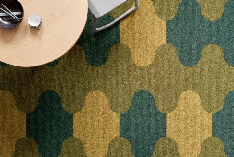 Płytki dywanowe Figura, dostępne w 8 kształtach i 400 kolorach, kolekcja Contra Stripe Ecotrust, Ege, carpetstudio.pl