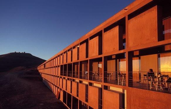 Ekstrawagancka Paranal Residencia pojawiła się jako tło w plakatach do 'Quantum of Solace'. Bondowi do twarzy z nowoczesną architekturą
