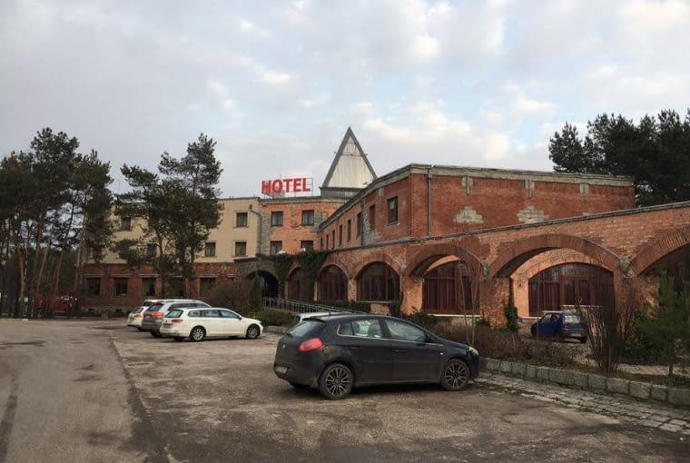 Po długiej podróży warto zatrzymać się w hotelu budzącym zaufanie... gdzieś po trasie