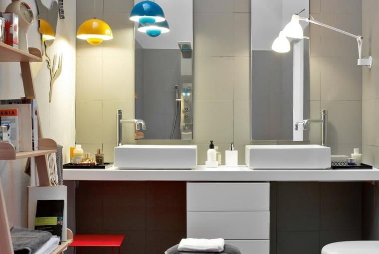 Nie ograniczają się do salonu. Lampy w łazience mogą liczyć na wsparcie lustra, z którym stworzą dodatkowe efekty świetlne.