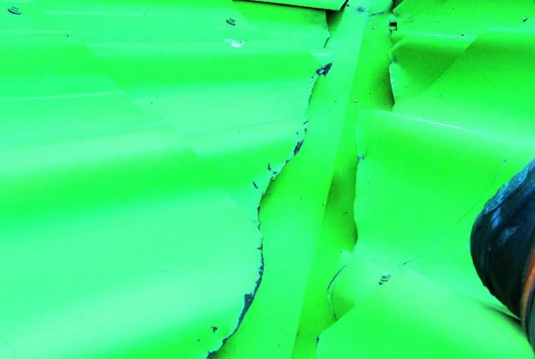 Efekt cięcia blachodachówki niewłaściwymi narzędziami - szlifierkami kątowymi. Można to poprawić, ścinając skorodowane brzegi