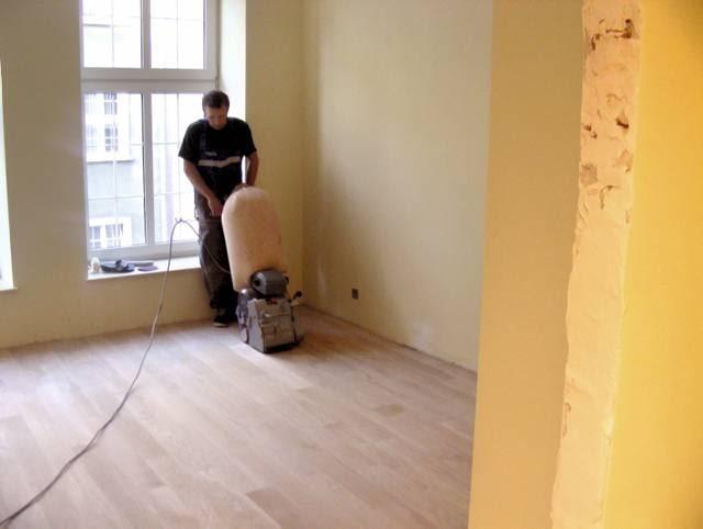 Przed lakierowaniem podłogę należy wycyklinować