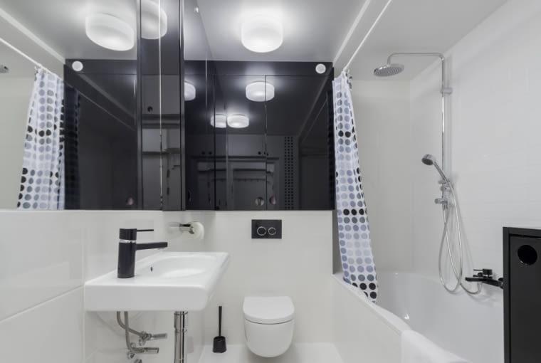Biała i długa łazienka
