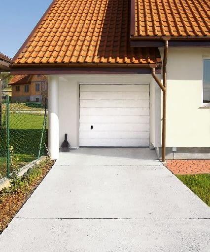 Betonowy podjazd. Podzielenie obszaru podjazdu na mniejsze pola listwami dylatacyjnymi zapobiegnie jego pękaniu