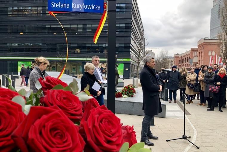 Skwer przy Okopowej 33 w Warszawie nosi oficjalnie imię Stefana Kuryłowicza,