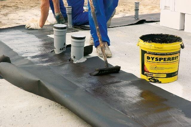 Aby do środka ułożonych rur kanalizacyjnych nie dostały się zanieczyszczenia, najlepiej zasłonić je fabrycznymi zaślepkami. Można też do tego celu użyć folii przewiązanej miękkim drutem