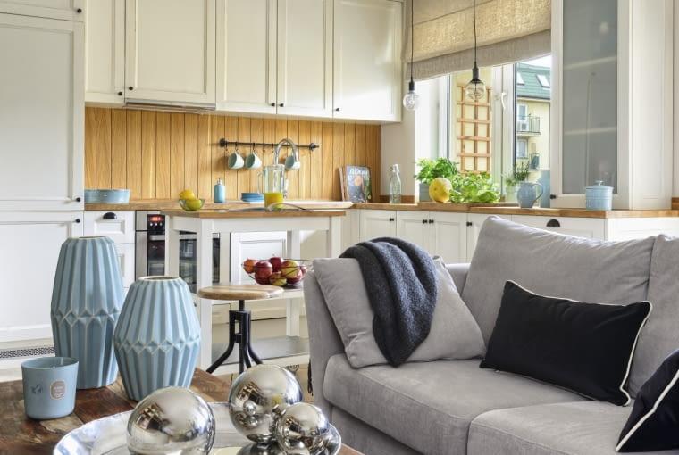 Układ kuchennej zabudowy jest taki sam jak przed remontem. Architekci zaprojektowali tylko nowe fronty, które pomalowali na jasny kolor izamontowali na starych korpusach. Wyszło znacznie taniej niż kupienie całych szafek.