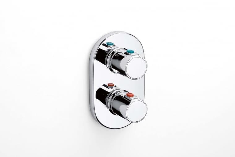 Zestaw podtynkowy. Słuchawka Plenum ze zintegrowanym przyciskiem ; termostatyczna bateria podtynkowa wannowa lub natryskowa Victoria-N-T;ultrapłaska głowica do montażu na suficie lub ścianie. Cena (netto): 330-1100 zł (głowica); 800 zł (bateria) ROCA www.roca.pl