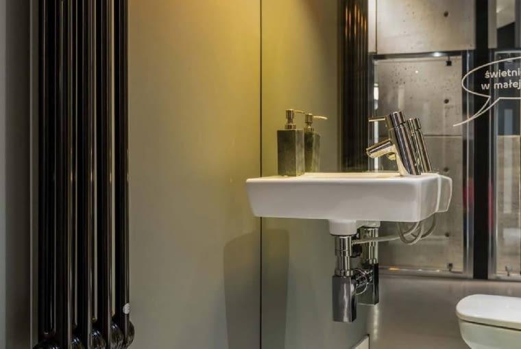 LAMPĘ sufitową nad umywalką należy powiesić na takiej wysokości, aby nie uderzać w nią głową, a światło nie może razić w oczy. Koło