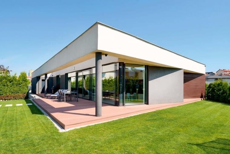 'Kopnięta ' z jednej strony rama domu - jak żartem mówi architekt - sprawia, że w rzucie prostokąt zamienił się w równoległobok