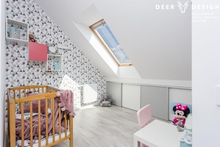 Pokój dziecka został zaaranżowany tak, by posiadał w sobie dużo delikatności i lekkości. Spłycony skos zaadaptowano, podobnie jak w sypialni rodziców, na szafki, które mieszczą w jednej części 'tony' zabawek.