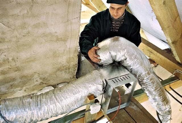 Aparat nawiewny umieszcza się zwykle na strychu i do niego podłącza się rury instalacji DGP