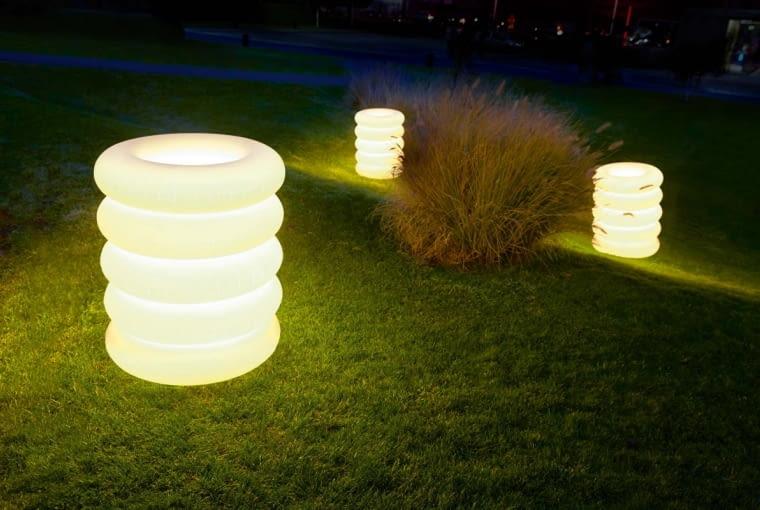 Przybysz z kosmosu. Pierwsze wrażenie: UFO przysiadło na trawniku! Z racji kosmicznego wyglądu lampa Big Puff świetnie komponuje się znowoczesnymi, geometrycznymi aranżacjami ogrodu oraz tarasu. Najlepiej wygląda na gładkiej, otwartej przestrzeni. Jest bardzo lekka: elastyczny klosz z termoplastycznego poliuretanu wypełniony został powietrzem. Puff Buff, puff-buff.pl