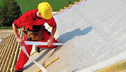 Układanie na krokwiach membrany dachowej