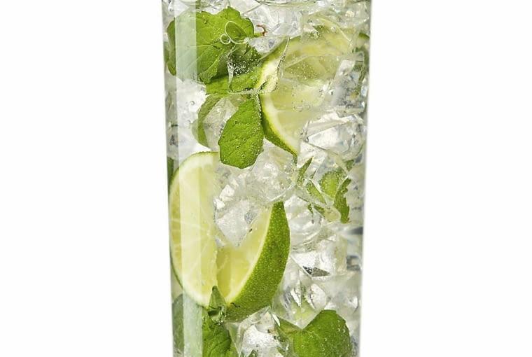 MIĘTOWY DRINK MOJITO Z RUMEM I LIMONKĄ Do szklanki wrzuć 5 roztartych listków mięty, kilka pokruszonych kostek lodu i pokrojoną na cząstki połówkę limonki. Dodaj 3 łyżeczki brązowego cukru i 40 ml jasnego rumu. Dopełnij szklankę wodą gazowaną i udekoruj listkami mięty.