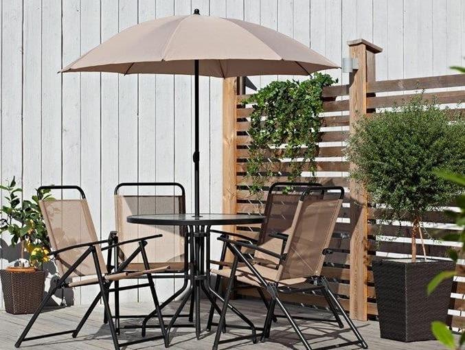 Sześcioelementowy zestaw mebli zawierający cztery krzesła, okrągły stół oraz parasol. Stół z grubego hartowanego szkła, poszycie parasola z poliestru. Stelaże wszystkich elementów wykonane ze stali lakierowanej proszkowo na czarno. Wymiary krzesła: 86 x 62 cm, średnica stołu: 80 cm, a wys. 70 cm. Jula, ok 400 zł/zestaw