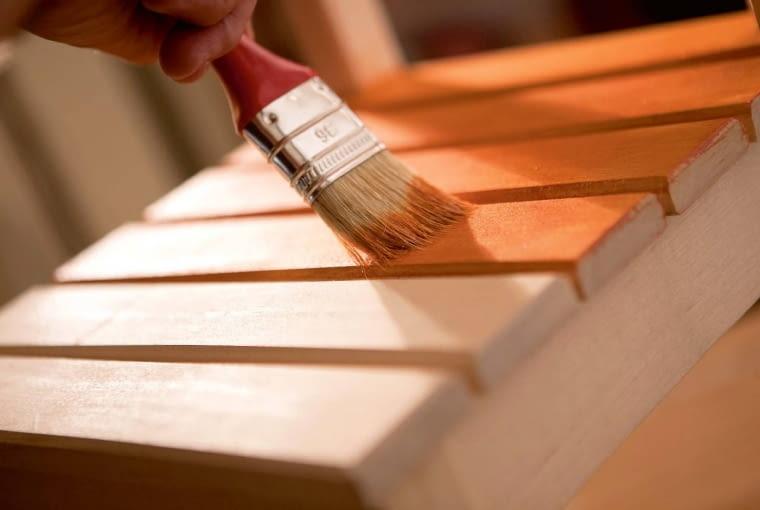 Warto wiedzieć, czym i jak ją przeprowadzić konserwację drewnianych powierzchni