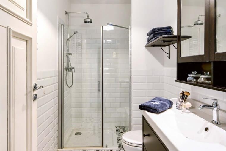 Najważniejszą ozdobą tej stylizowanej łazienki jest oryginalna, trochę 'staroświecka' trochę 'śródziemnomorska' posadzka