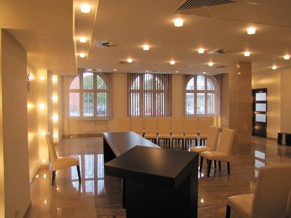 USC na bogato - dużo kamienia, wygodne krzesła obite skórą oraz fantastyczne iluminacje. Nam w nyskim urzędzie najbardziej podobają się wertikale w oknach.
