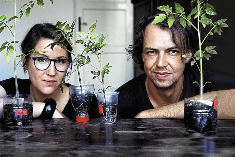 Paulina i Janek dzialaja w kolektywie Sie-Je w Miescie, pomagaja w zakladaniu ogrodkow warzywnych na balkonach SLOWA KLUCZOWE: kobieta portret balkonowy ogrodnik