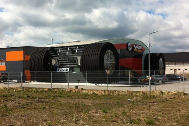 Budynek w kształcie auta w Oławie