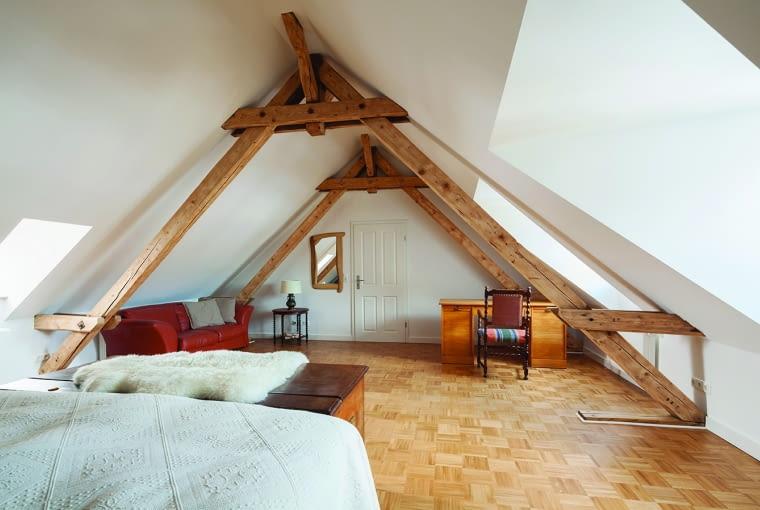 płyty gipsowo-kartonowe, poddasze, zabudowa poddasza, belki konstrukcyjne, sypialnia