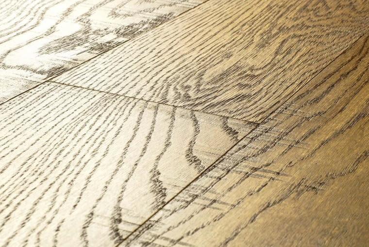 Wielką zaletą wykańczanych fabrycznie podłóg drewnianych jest możliwość nadania im bardzo dekoracyjnej struktury i koloru. Ale po odnawianiu trudno ją odtworzyć