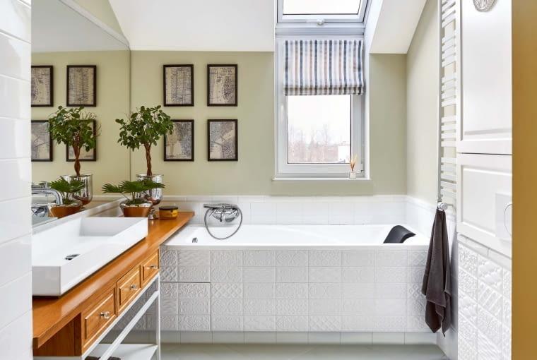 BLAT POD UMYWALKĄ sięga aż do wanny i tworzy półkę, na której można ustawić kosmetyki kąpielowe.