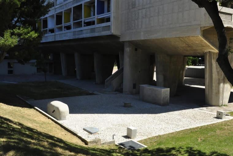 Jednostka Marsylska, proj. Le Corbusier - elementy podziemnej kotłowni komponujące się z południową częścią parku