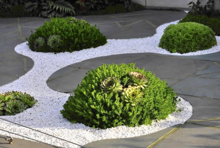Betonową posadzkę można ozdobić żwirowo- -roślinnym motywem