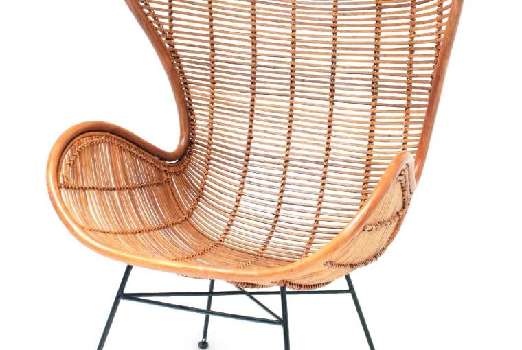 Egg. Rattanowy fotel kształtem nawiązujący do tradycyjnego uszaka. Wysokie oparcie osadzone w metalowej ramie zapewnia stabilność. 2539zł, HK Living/9design.pl