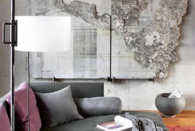 Sztuka z natury. Niezwykły kamień, tzw. oblader - odpad znaleziony we włoskim kamieniołomie wygląda jak niezwykła mapa. Na pierwszym planie lampa TMC (Santa & Cole).