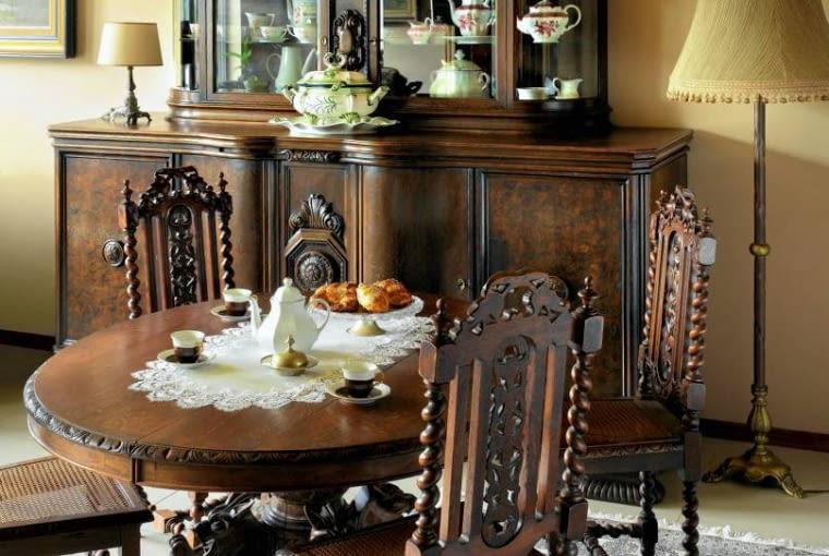 W drugiej połowie XIX wieku kredensy stały się meblami reprezentacyjnymi. Zdobiły nie tylko jadalnie, ale i salony.
