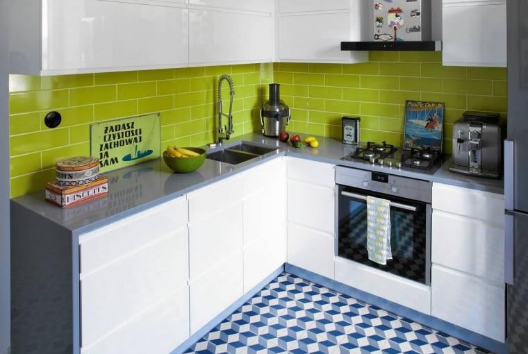Zielone płytki typu metro nad kuchennym blatem