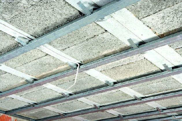 Metalowy ruszt zamocowany do stropu nad piwnicą