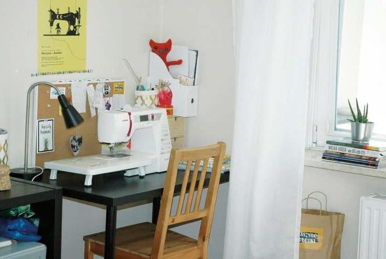 PRZED. Biurko było zdecydowanie zbyt małe. W sam raz namaszynę do szycia, ale na przybory i materiały jużbrakowało miejsca.