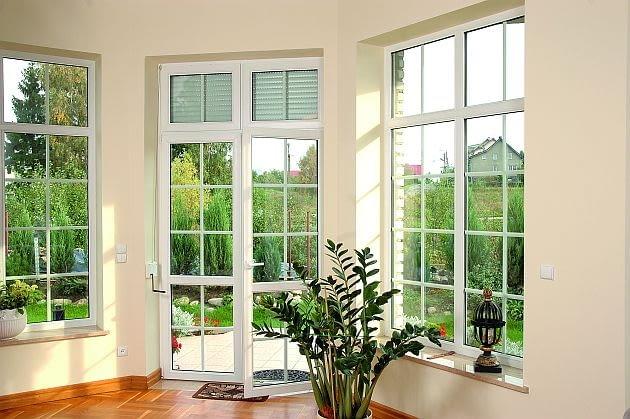 Szprosy dzielące skrzydła okienne na mniejsze pola to efektowna ozdoba, ale też większy wydatek. Najdrożej zapłacimy, jeśli planujemy szprosy konstrukcyjne