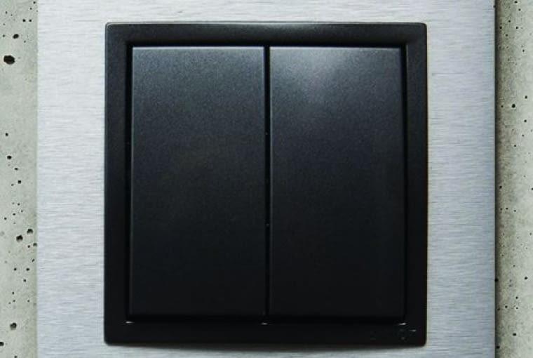 WYŻSZA CENA 45 Nature/Kontakt-Simon; łącznik świecznikowy, klawisze z czarnego tworzywa ramka metalowa Cena: ok. 110 zł