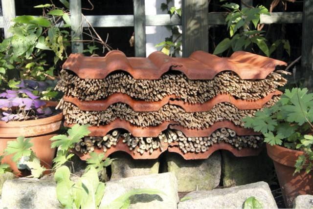 Warstwy trzcinowych mat, rurkowate pędy poprzekładane dachówkami