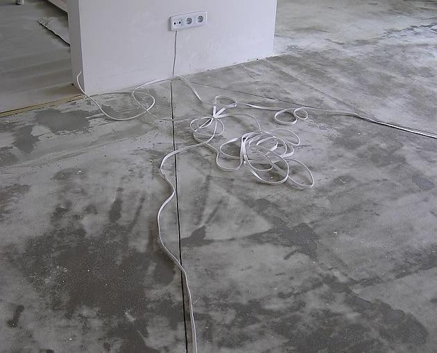 Jeśli na ściance stojącej 'luzem' pośrodku pomieszczenia planujemy powiesić telewizor z zestawem kina domowego, pomyślmy przed wykończeniem ściany i ułożeniem podłogi o schowaniu przewodów