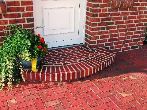 W momencie planowania domu nie przypisuje się zbyt dużej wagi do schodów przy drzwiach wejściowych. Z pomocą mogą przyjść gotowe klinkierowe systemy schodowe