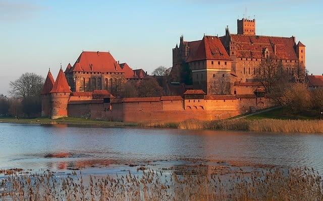 Zamek w Malborku został zrujnowany w 1945 r. Wcześniej, w czasie XIX-wiecznej przebudowy, Niemcy oczyścili go z cech barokowych i podkreślili gotyk, nierzadko dodając przy tym nowe elementy.
