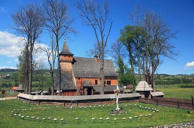 Drewniany kościół gotycki św. Michała Archanioła w Dębnie, fot. Marek i Ewa Wojciechowscy, CC BY-SA 3.0