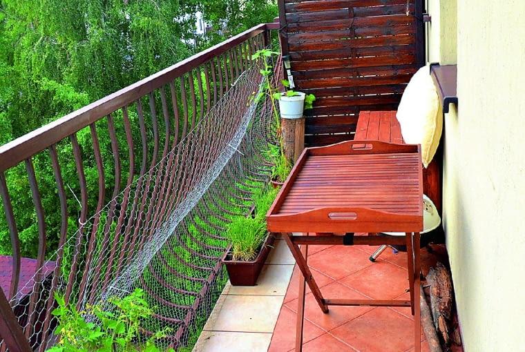 Poprzedni właściciele wyłożyli posadzkę balkonu płytkami, których układ optycznie zwężał przestrzeń. Panował tu nieład, balkon służył raczej za schowek na niepotrzebne rzeczy niż za miejsce do relaksu.