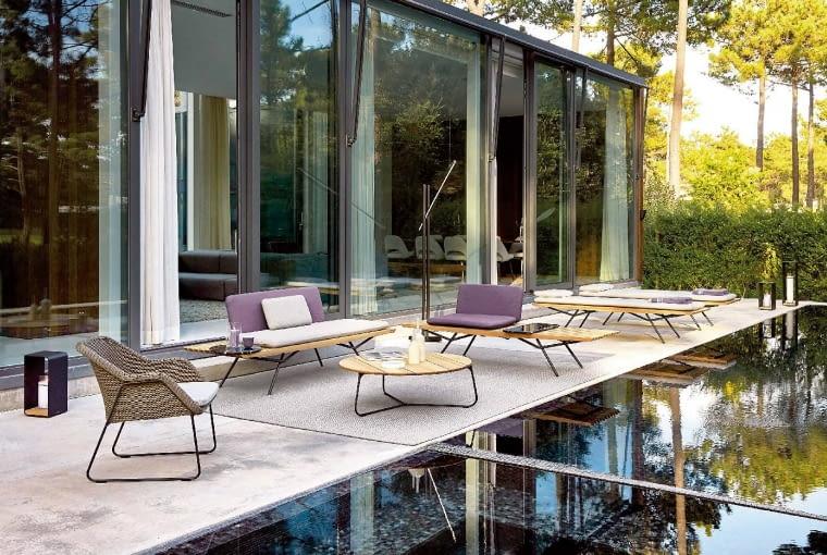 Lekko i stylowo. Tak właśnie wyglądają meble San z najnowszej kolekcji marki Manutti. Cokoły z egzotycznego drewna iroko i siedziska osadzone na cienkich nóżkach sprawiają wrażenie jakby lewitowały w powietrzu. Projektanta Lionela Doyena zainspirowała do stworzenia tej kolekcji sztuka i kultura Japonii. manutti.com