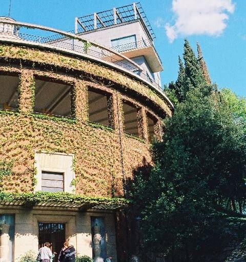 Villa Girasole. Górna, ruchoma część budynku obraca się na okrągłej platformie. Jej bazą jest trzykondygnacyjna rotunda o średnicy 44,5 m.